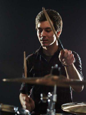Mann spielt Schlagzeug