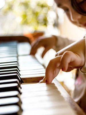 Mädchen mit Klavier